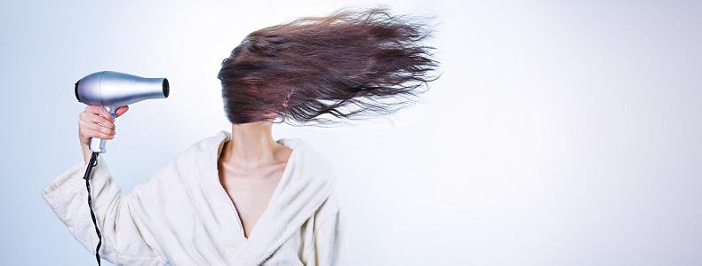 femme avec un seche cheveux