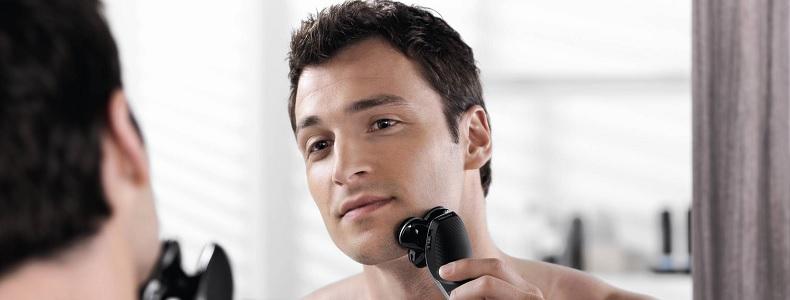 homme se rasant avec un rasoir électrique